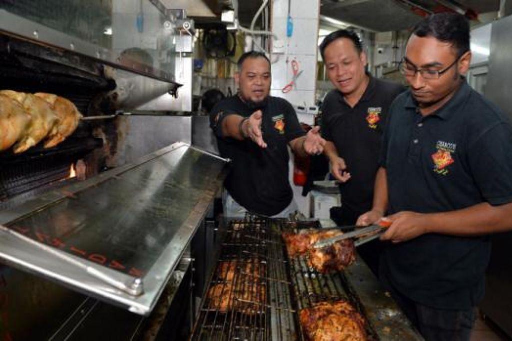 CUKUP PEKERJA: Encik Salihin Zainal (kiri) adalah satu-satunya pekerja di bawah projek Reben Kuning yang masih bekerja dengan Encik Sani (tengah) sejak dua tahun lalu, dan kini sudah menyelia pekerja lain seperti Encik Syed Muhammad (kanan). - Foto M.O. SALLEH