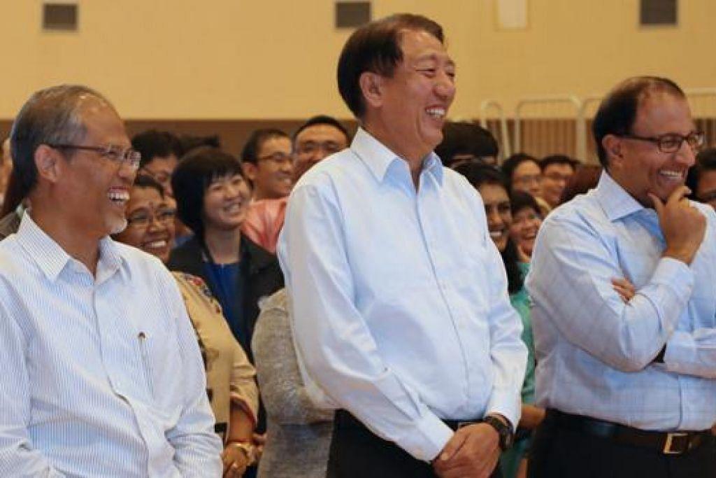 TERIMA KASIH DAN SELAMAT TINGGAL: (dari kiri) Encik Masagos, Encik Teo dan Encik Iswaran menghadiri majlis yang diadakan pegawai MHA untuk mengucapkan selamat tinggal kepada mereka. - Foto FACEBOOK TEO CHEE HEAN