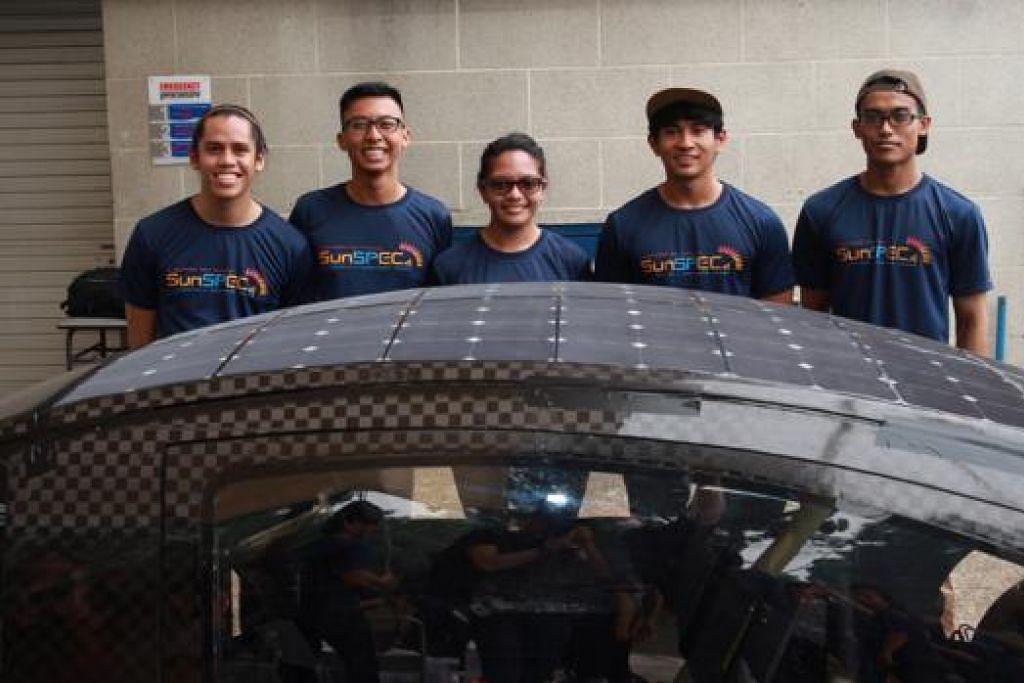 BERKAT KERJA KERAS: (Dari kiri) Encik Muhammad Hazin, Encik Syamsul Arifin, Cik Siti Zulaiha, Encik Eddie Jamil dan Encik Muhammad Taufik bersama kereta solar ciptaan mereka. - Foto POLITEKNIK SINGAPURA