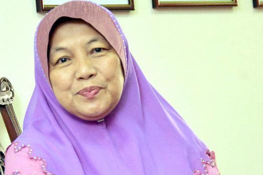 CIK AZIZAH: Kini menjadi sukarelawan, mengajar memasak masakan Melayu dan mengajar menjahit. - Foto KHALID BABA