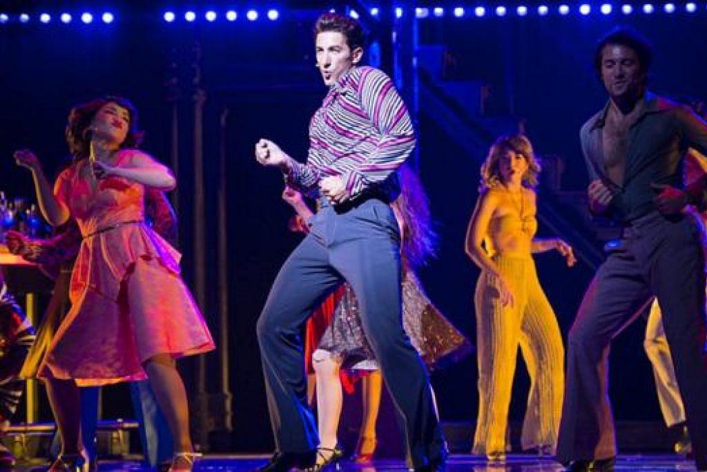PENTAS HIDUP: Muzikal 'Saturday Night Fever' memanaskan seisi teater Marina Bay Sands dengan kekeletahan pelakon seperti Brandon Rubendall (tengah) dan Mikkie Bradshaw (kiri) yang ligat menari. - Foto LIFE'S TINY MIRACLES