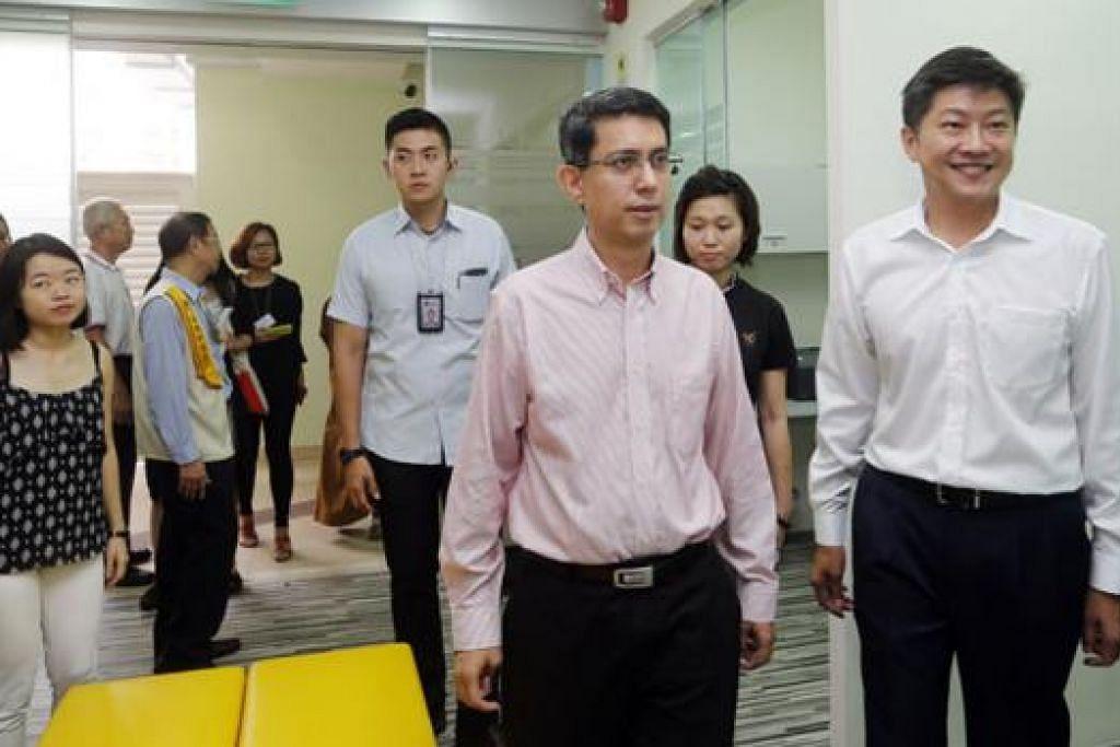 KHIDMAT KEPADA PENDUDUK: Encik Ng (kanan) dan Dr Faishal (dua dari kanan) membuka pejabat SSO ke-23 Singapura di Punggol secara rasmi. - Foto THE STRAITS TIMES