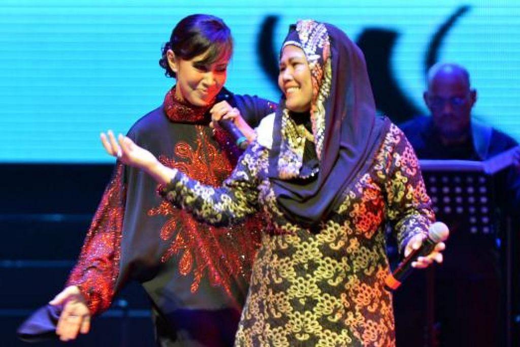 TERUJA: Seorang penonton naik pentas untuk tampil bersama penyanyi Fauziah Latiff (kiri).