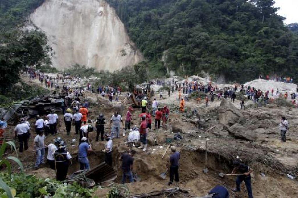 USAHA MENYELAMAT: Pasukan bantuan dan sukarelawan bekerja sepanjang hari dan malam mencari mangsa dalam kejadian tanah runtuh yang memusnahkan satu petempatan di pinggir ibu kota Guatemala.- Foto REUTERS