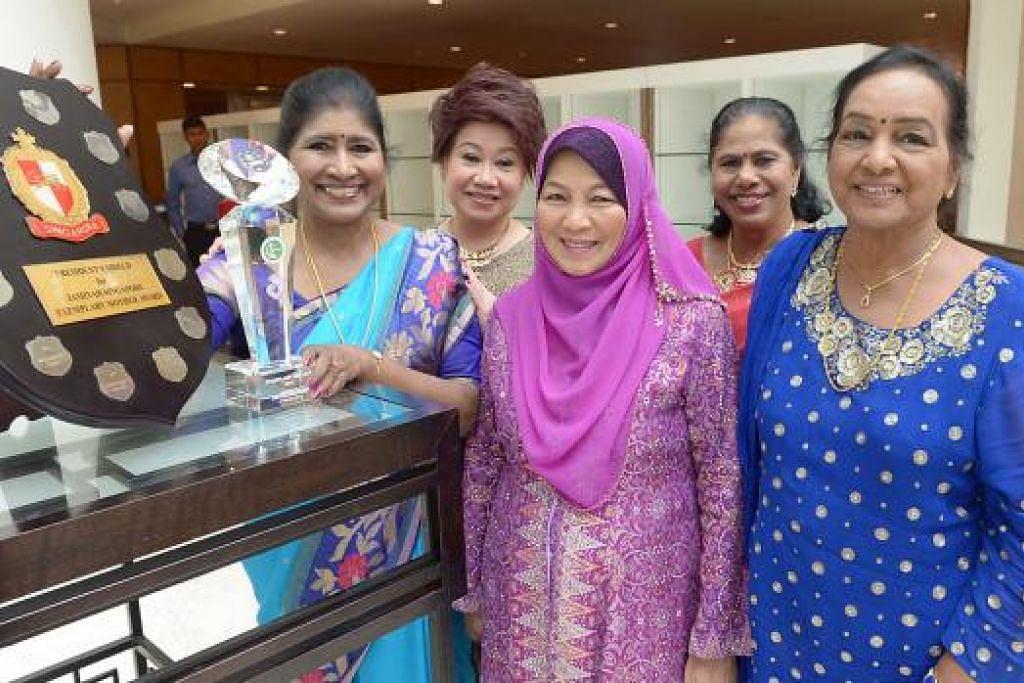 TIMBALAN PERDANA MENTERI TEO CHEE HEAN PENGORBANAN DIHARGAI: Lima finalis Anugerah Ibu Teladan dipilih daripada 60 calon tahun ini. Mereka termasuk (dari kiri), Cik Rajam Sadanandan, penerima anugerah tahun ini; Cik Janey Ling Siew May; Cik Azizah Abdul Rahman; Cik Letchimi Doraisamy; dan Cik Mahendran Sathiyadevi. - Foto TUKIMAN WAJI