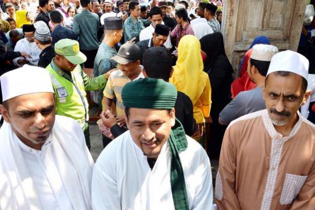 ORANG KUAT KORBAN: (Dari kiri) Encik Abdul Mutalib, Kiai Said dan Encik Hamzah bersyukur ibadah korban berjalan lancar.