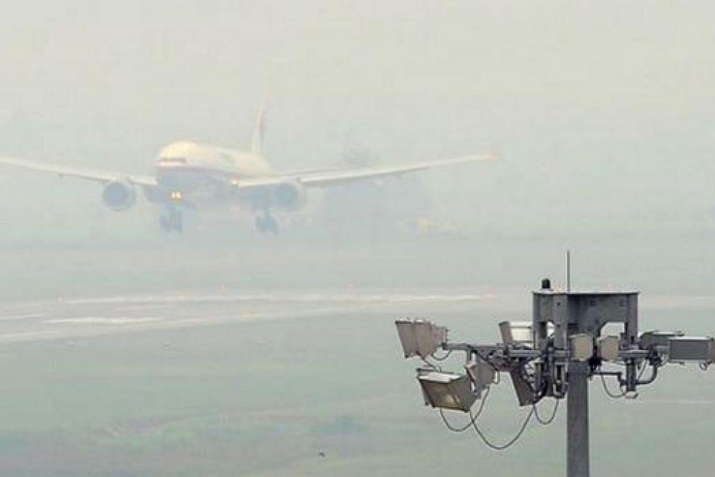 KIAN BURUK: Jerebu yang buruk di Malaysia antaranya menjejas tahap penglihatan di Lapangan Terbang Sultan Abdul Halim, Alor Star. - Foto THE STAR
