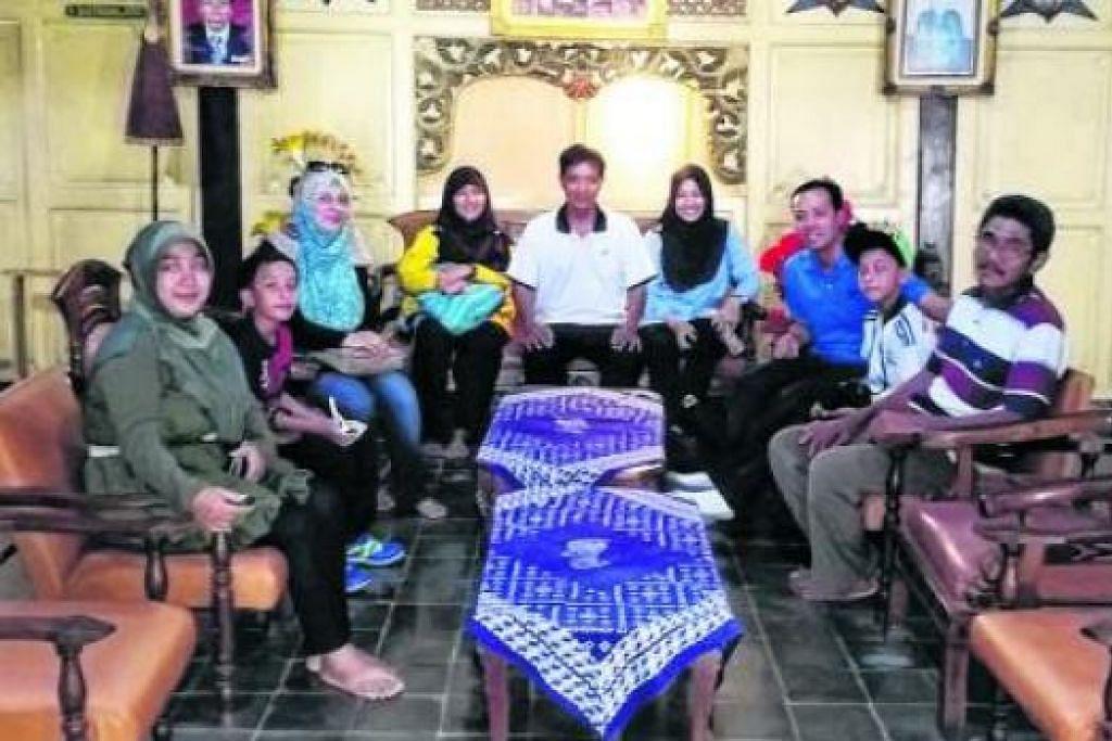 DI RUMAH MANTAN PRESIDEN: Penulis (tiga dari kanan) dan keluarga bergambar di ruang tamu rumah mantan Presiden Indonesia, Dr Susilo Bambang Yudhoyono, di Pacitan.