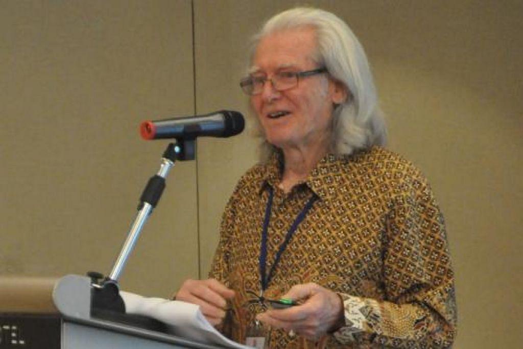 PROFESOR HARRY AVELING: Membincangkan usaha penterjemahan karya Melayu untuk dibaca oleh sebahagian besar masyarakat dunia, khususnya dalam bahasa Inggeris.