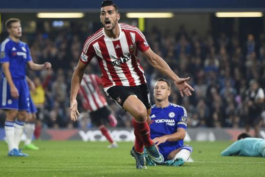 RAI GOL: Penyerang Southampton, Graziano Pelle, meraikan jaringannya ke atas Chelsea kelmarin.   Jurulatih Chelsea, Jose Mourinho, enggan meninggalkan Chelsea walau tekanan terus meningkat. - Foto-foto REUTERS