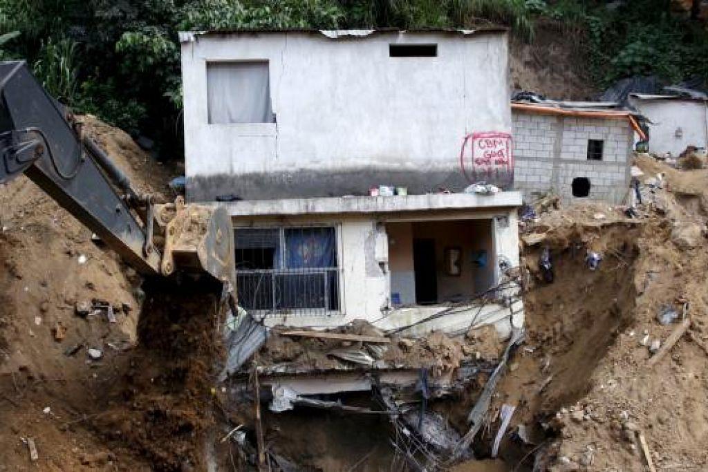 Kira-kira 300 orang masih hilang dalam tanah runtuh di Guatamala ini pada Ahad (4 Oktober), empat hari selepas kenjadian. _ Gambar REUTERS