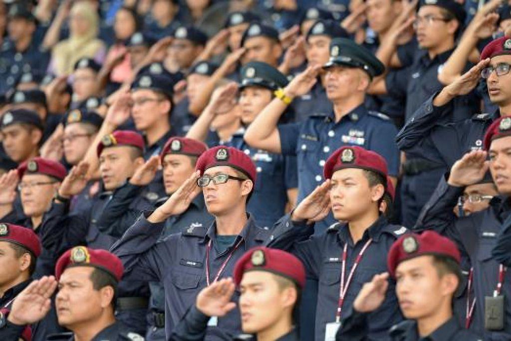 Perdana Menteri Lee Hsien Loong berkata sedang kekecohan berlaku di negara lain dek ketidakadilan polis, pegawai polis Singapura memainkan peranan penting dalam mengekalkan keharmonian kaum dan agama di sini dengan  berlaku adil kepada semua orang. Gambar fail THE STRAITS TIMES.