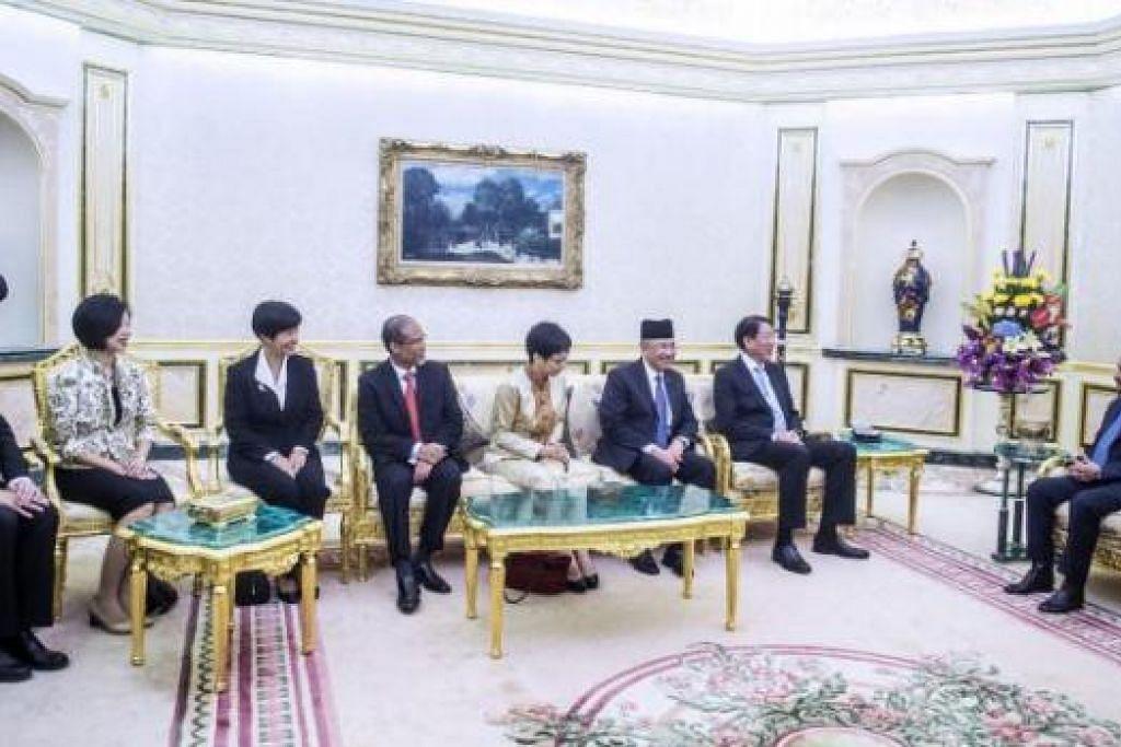 KUNJUNGAN: (Dari kiri) Encik Chee Hong Tat, Cik Sim Ann, Cik Indranee Rajah, Encik Masagos Zulkifli, Cik Grace Fu, Pehin Haji Abdul Rahman (Menteri Kedua Kewangan Brunei) dan Encik Teo Chee Hean menghadap Sultan Hassanal Bolkiah. - Foto JABATAN PENERANGAN PEJABAT PERDANA MENTERI BRUNEI