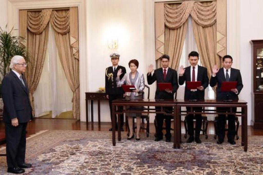 ANGKAT SUMPAH: (Dari kanan) Encik Amrin, Encik Baey, Dr Faishal dan Cik Low mengangkat sumpah sebagai Setiausaha Parlimen di hadapan Presiden Tony Tan Keng Yam semalam. - Foto M.O. SALLEH