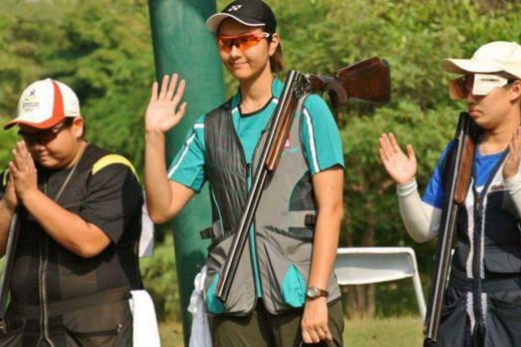 CEMERLANG: Siti Mastura (tengah) menaiki podium pemenang dengan rakan sepasukan, Joseline Soh, (kanan) di tempat kedua manakala peserta Thai menduduki tempat ketiga.