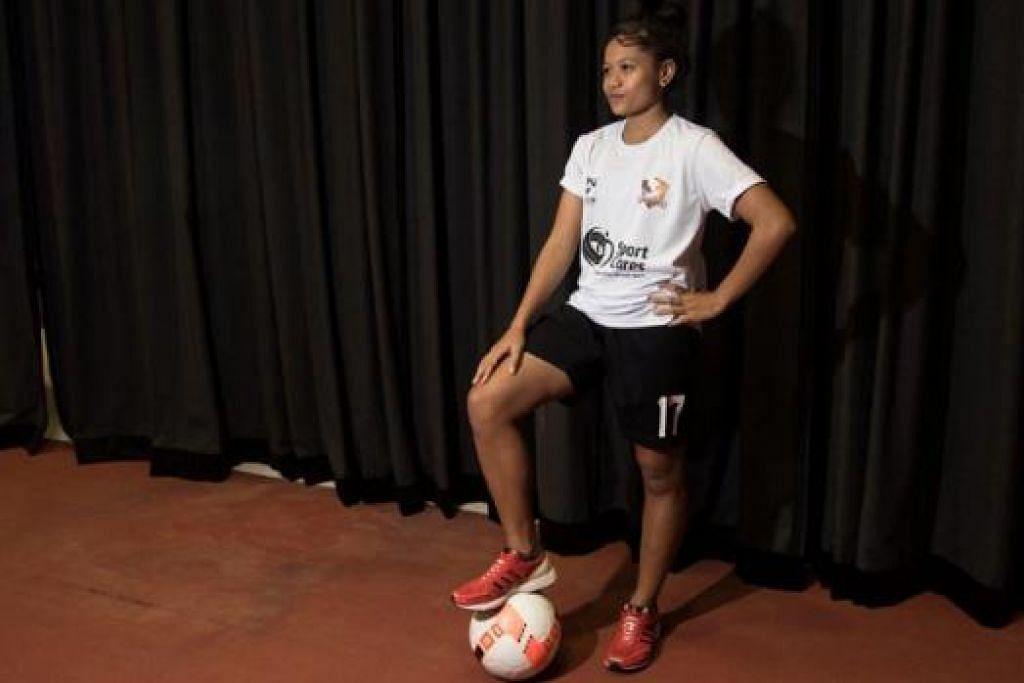 SYUKUR DAPAT BANTUAN: Sajian makan malam yang bakal diterima Nur Shahirah mulai awal tahun hadapan akan dapat memenuhi keperluan tenaga remaja ini dalam persekolahan dan latihan bola sepak. - Foto SPORTCARES