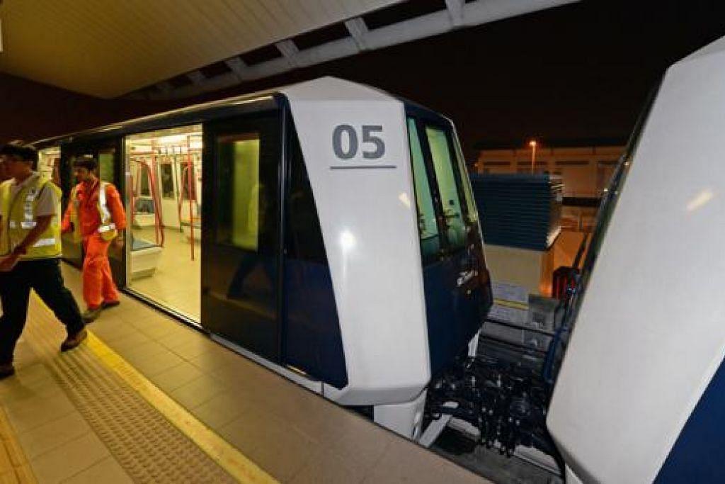 MAMPU BAWA LEBIH PENUMPANG: Sebanyak 16 daripada 41 gerabak LRT Sengkang-Punggol akan diubah suai untuk beroperasi secara berpasangan. - Foto THE STRAITS TIMES
