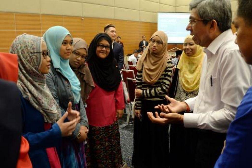 BERAMAH-MESRA: Dr Yaacob Ibrahim (dua dari kanan) dengan diiringi Editor Digital Berita Harian, Encik Puad Ibrahim (kanan), berkongsi pandangan dengan para peserta Wacana di auditorium SPH semalam.
