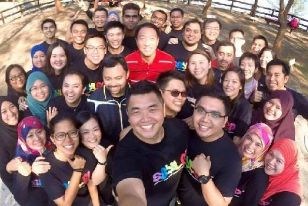 Peserta Program Pertukaran Kepimpinan Belia Singapura-Brunei mengambil gambar we-fie bersama Tengku Mahkota Brunei, Putera Haji Al-Muhtadee Billah (berbaju trek), Putera Malik dan Encik Teo Chee Hean (kemeja-T merah) semasa mereka berjalan pagi pada 6 Oktober di Hutan Simpanan Berakas. Foto FACEBOOK