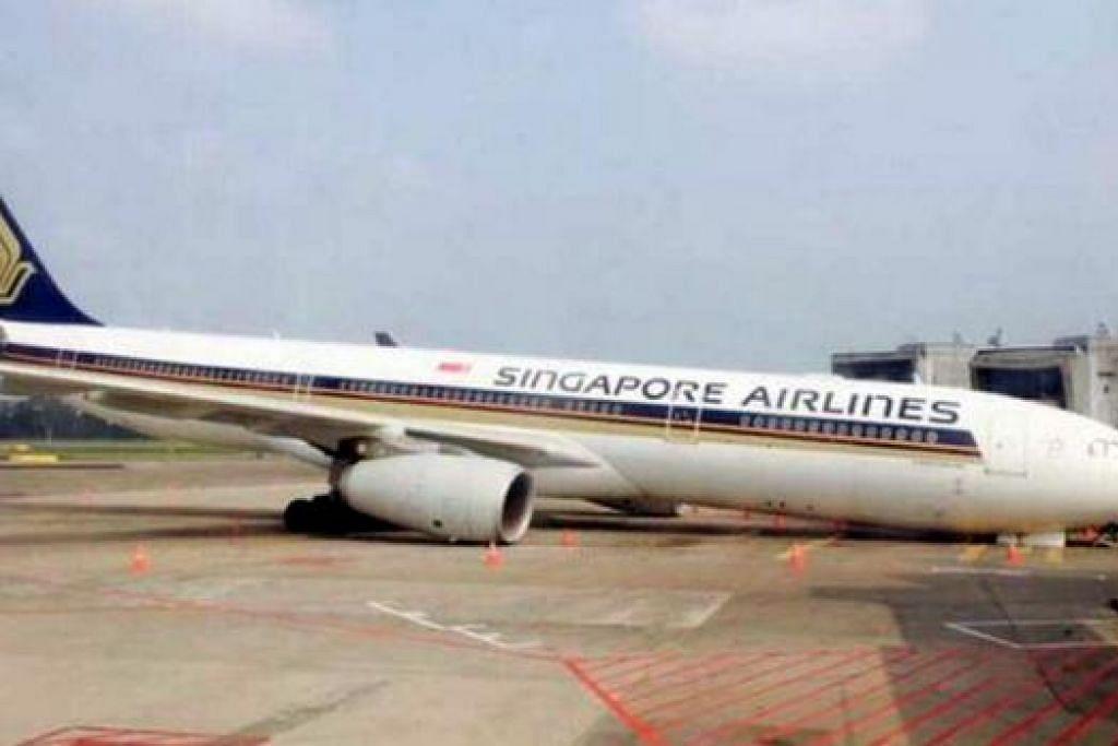 KEDUDUKAN KEKOK: Pesawat Airbus A330-300 sedang menjalani pemeriksaan sistem peralatan pendaratan rutin ketika kejadian berlaku 8 pagi semalam. - Foto INTERNET