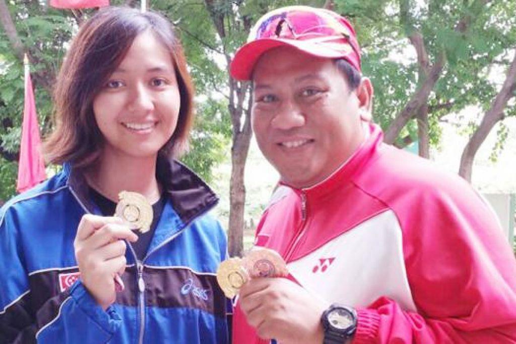 CEMERLANG: Penembak berpengalaman, Zain, serta muka baru skuad nasional, Siti Mastura, menunjukkan pingat yang dimenangi di kejohanan menembak Terbuka Thailand yang berlangsung minggu lalu. - Foto ihsan MOHD ZAIN AMAT