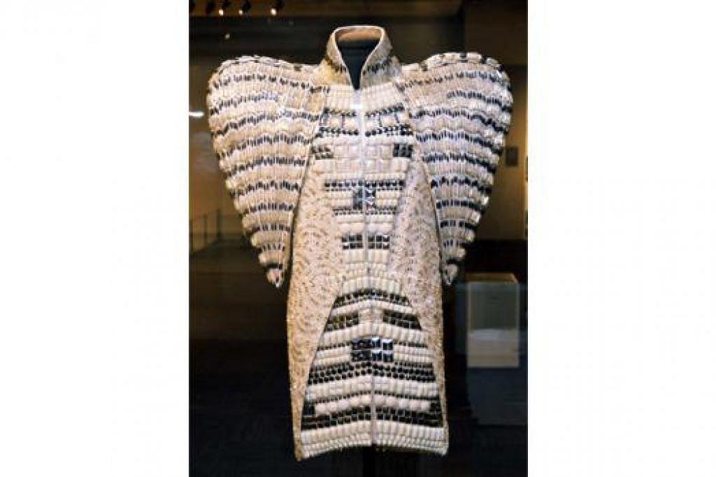 FESYEN SENI BINA: Karya seni Dice Kayek memaparkan fesyen pakaian yang digubah mengikut seni bina Turkey yang bersejarah. - Foto KHALID BABA