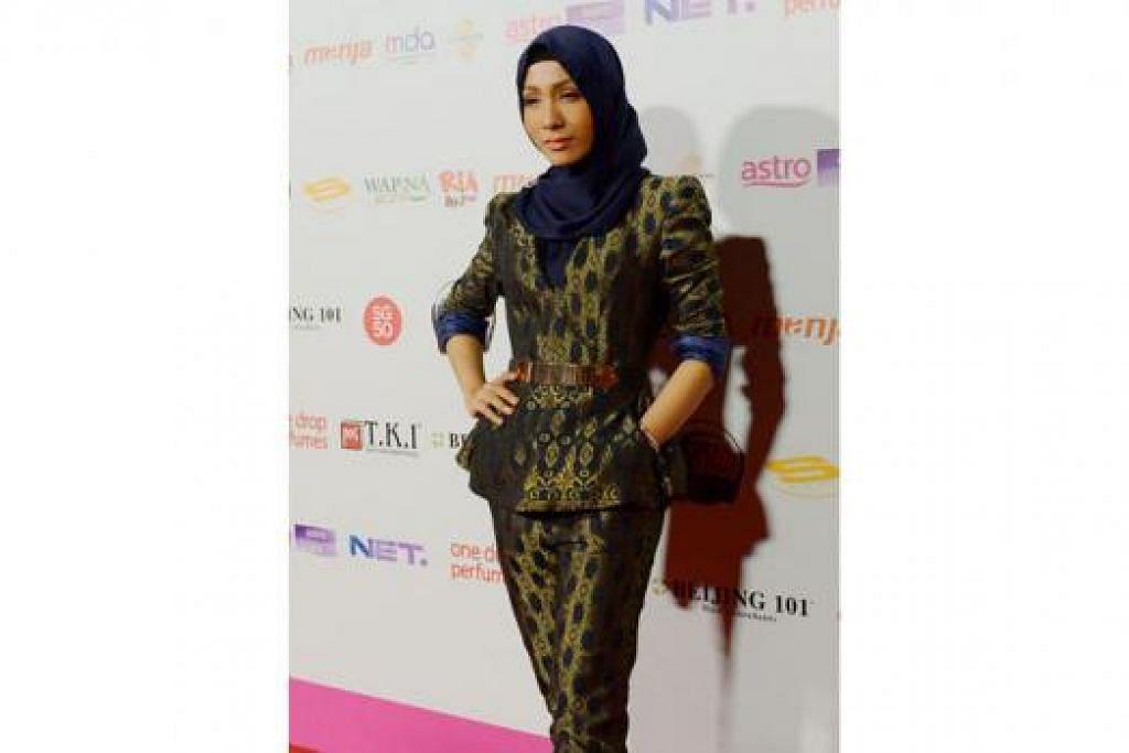 LAIN DARIPADA YANG LAIN: Pelakon Elfaeza Ul-Haq yang kini tampil bertudung kelihatan berbeza dan bergaya dengan pakaian 'pantsuit' daripada Adila Long meskipun beliau demam pada hari acara APM.