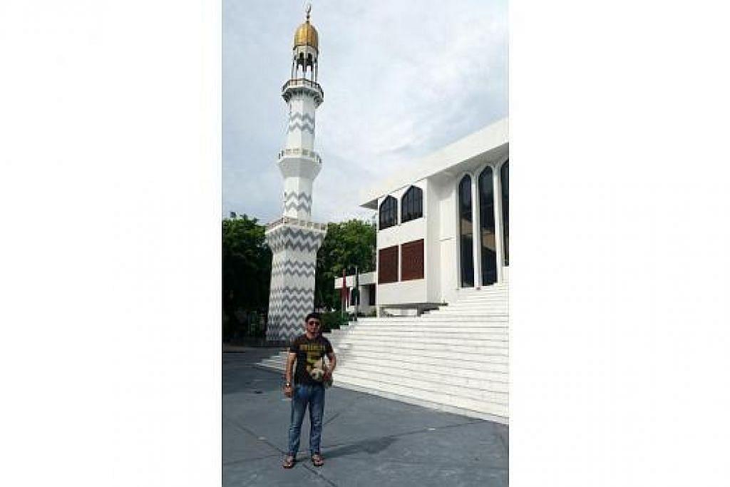 KUNJUNGI MASJID: Masjid Agung Jumaat di Maldives ini dirasmikan pada 1984 dan didirikan dengan bantuan negara-negara Teluk, Pakistan, Brunei dan Malaysia. Ruang solatnya boleh menempatkan 5,000 orang.