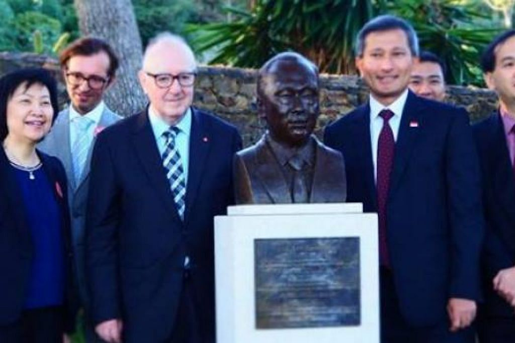 Dr Balakrishnan bergambar di sisi (kiri) patung mendiang Encik Lee Kuan Yew di taman Cap Roig di Catalonia di Sepanyol. Gambar VIVIAN BALAKRISHNAN/FACEBOOK