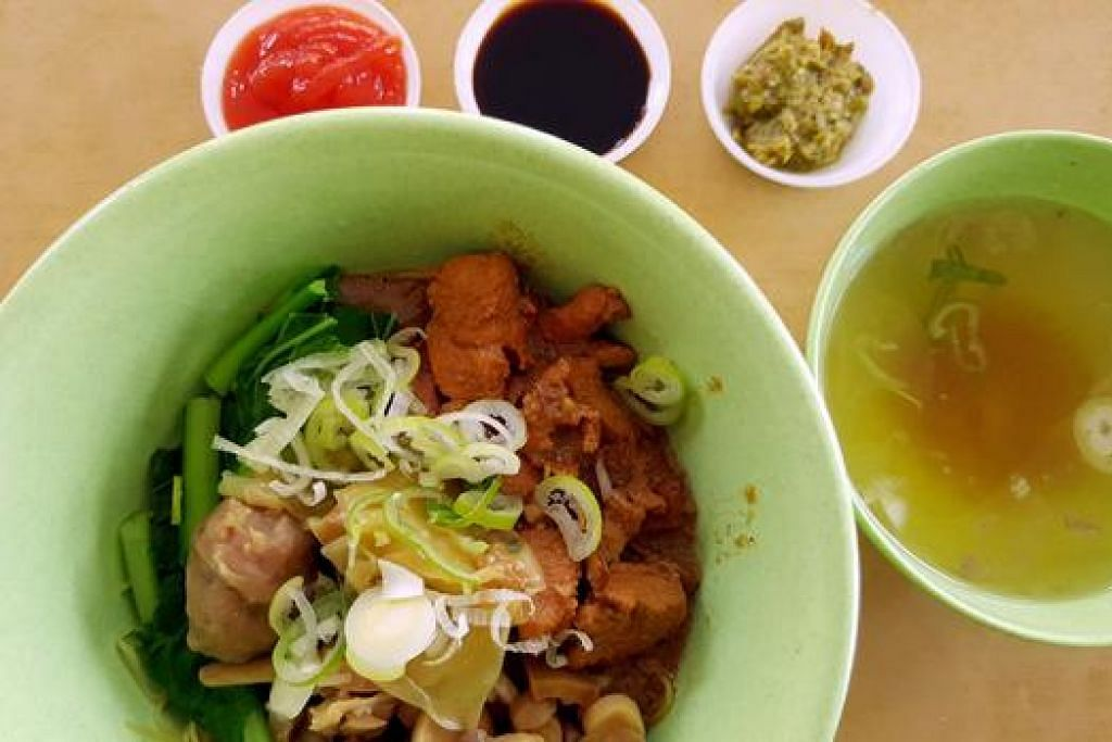 MIE AYAM ABANG-ABANG KOMPLIT: Menu unik makanan jalanan yang disediakan di Roti Bakar Jakarta cawangan Joo Chiat. - Foto-foto CEF MEL