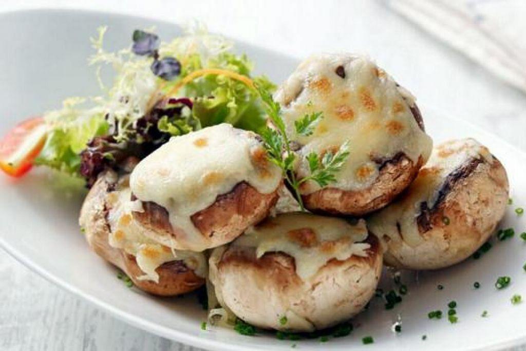 MAKANAN PEMBUKA SELERA: Mushroom with Slipper Lobster and Crabmeat, yang merupakan bebola berisikan udang, karang, cendawan dan isi ketam yang dibakar bersama keju Mozarella.
