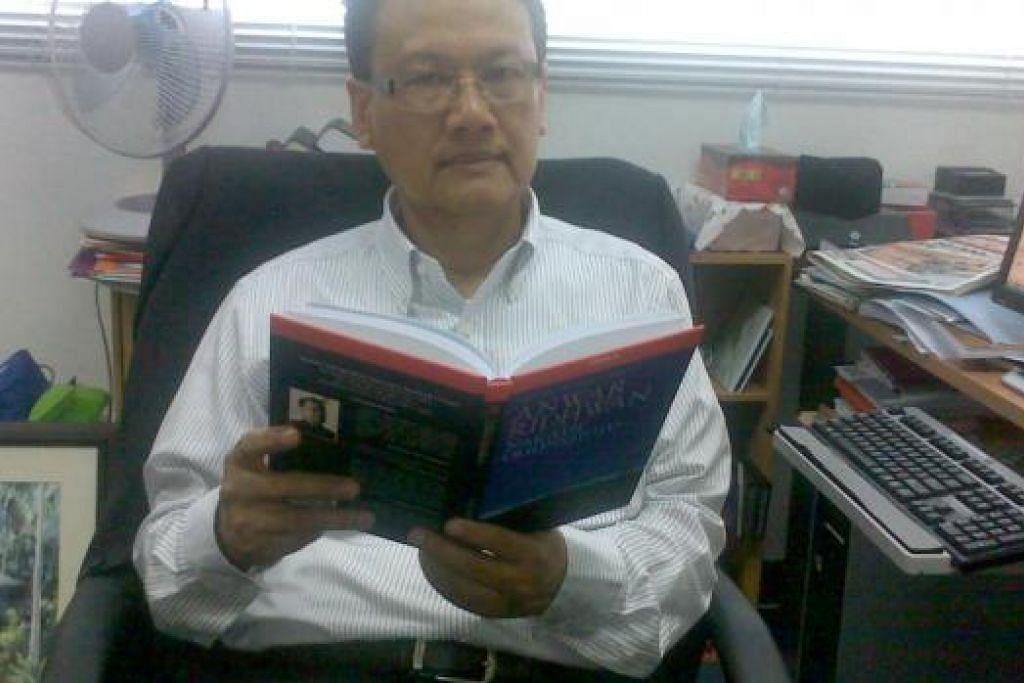 PANDANGAN SASTERAWAN: Datuk Dr Anwar Ridhwan meramalkan industri pencetakan buku di Malaysia akan pupus dalam masa 10 tahun dan penggiatnya harus menggunakan segala teknologi maklumat dan komunikasi (ICT) bagi mengatasi masalah itu. - Foto ANUAR OTHMAN
