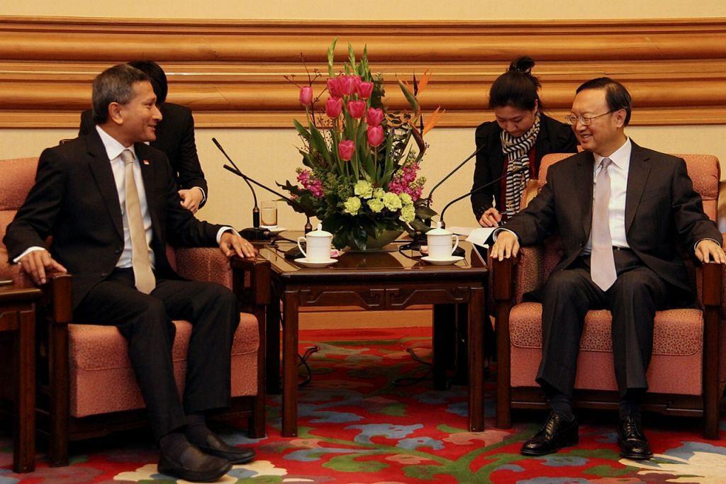 BERBINCANG: Dr Balakrishnan (kiri) menemui ahli Dewan Undangan Negeri China, Encik Yang Jiechi, semalam semasa hari terakhir bagi lawatan dua harinya ke China.