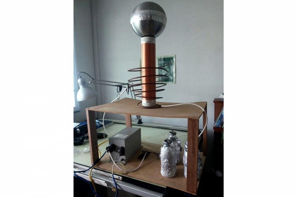 REKAAN PERTAMA: Encik Indrasyah berjaya menghasilkan gegelung tesla, sejenis alat yang boleh menghasilkan voltan tinggi dan mencipta arka elektrik atau 'petir' pada usia yang muda.