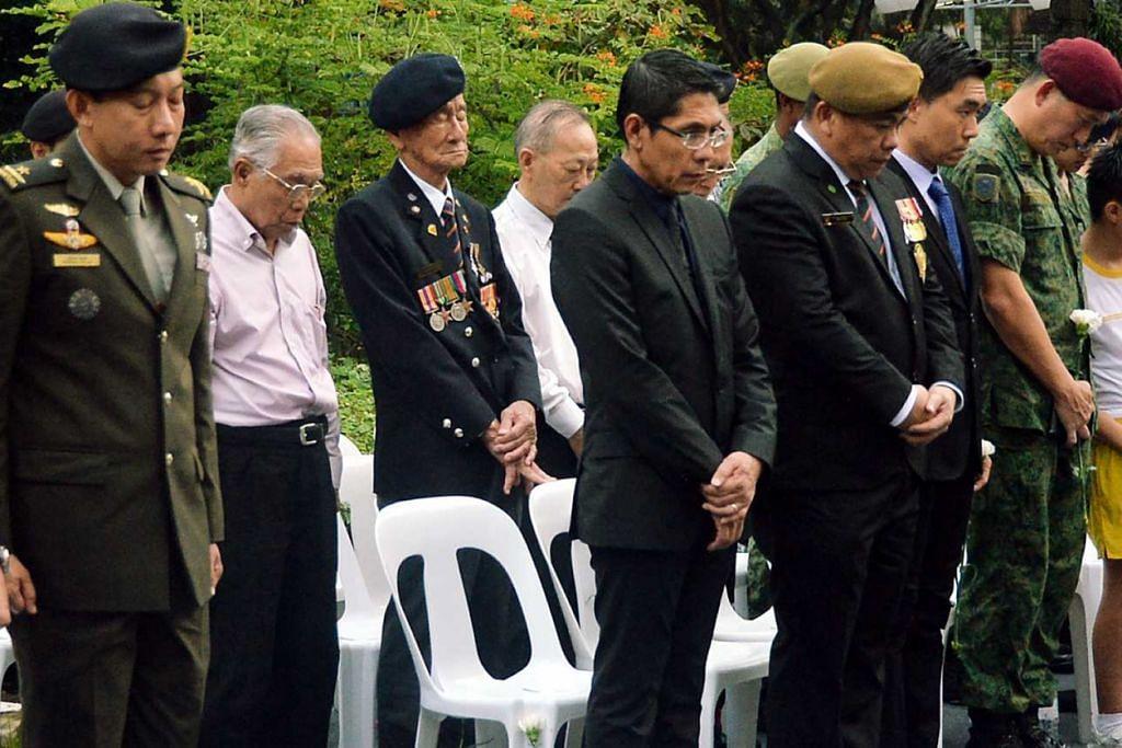 MAJLIS PERINGATAN: Dr Mohamad Maliki Osman (lima dari kiri) memberi hormat di majlis peringatan di memorial Konfrontasi semalam bagi mengiktiraf sukarelawan dan askar yang mempertahankan negara dan mereka yang terkorban semasa berlakunya Konfrontasi. Turut serta ialah Mejar Abbas (dua dari kiri). – Foto KHALID BABA