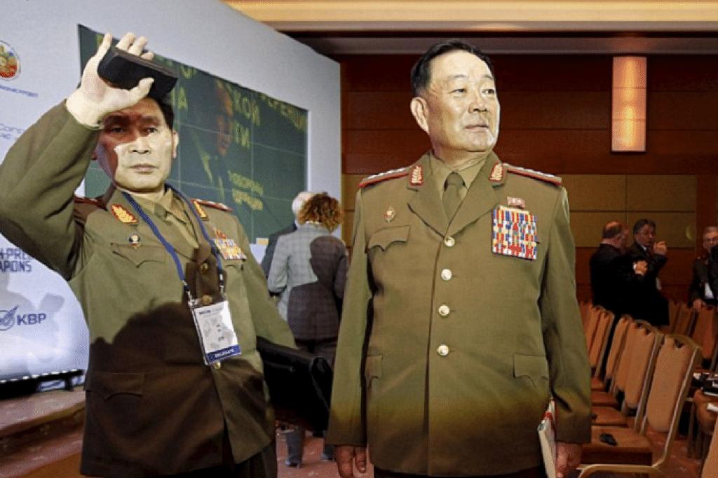 DIHUKUM MATI: Encik Hyon (kanan) kali terakhir dilihat menghadiri Persidangan Keselamatan Antarabangsa di Moscow. - Foto