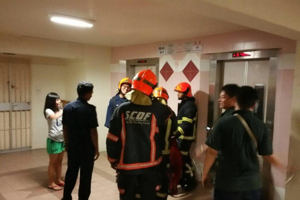 Cik Evi Lisnawati (kiri) terjatuh di dalam lif dan terperangkap kira-kira satu jam apabila lif yang beliau naik di Ang Mo Kio melonjak dari tingkat bawah ke tingkat 17 pada kira-kira 9 malam Isnin (7 Mac).