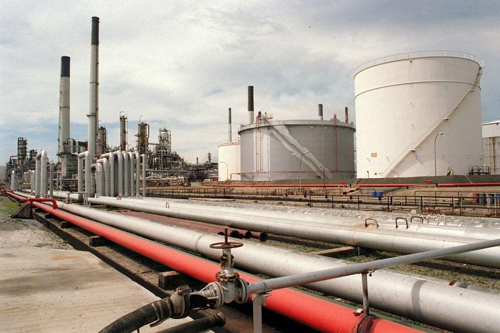 CABARAN EKONOMI: Pemberhentian pekerja kian meningkat dalam industri minyak dan gas di Singapura dengan kebanyakan perusahaan yang terjejas berusaha mengurangkan kos dengan menjalankan operasi dalam keadaan harga minyak yang amat rendah. - Foto