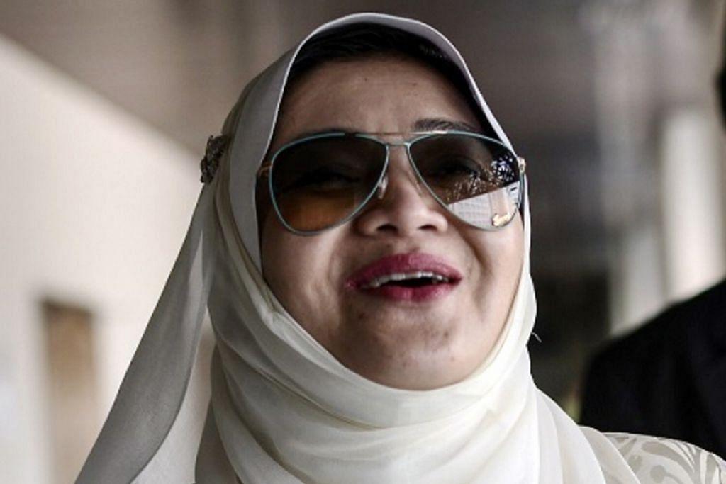 TERIMA JUTAAN RINGGIT: Cik Shahnaz Abdul Majid terima terima RM30 juta daripada Datuk Seri Mahmud Abu Bekir, anak Yang Dipertua Negeri Sarawak. - Foto NSTP