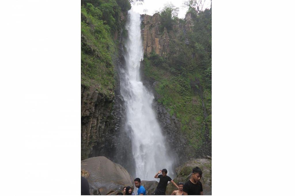 INDAH TIDAK TERKATA: Air terjun Takapala dalam kawasan wisata Malino, Kabupaten Gowa, antara tempat bercuti orang kota Makassar.