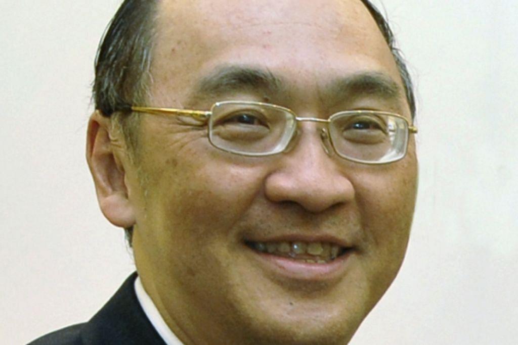 Encik Alan Chan juga ahli Suruhanjaya Perkhidmatan Awam dan Pengarah Perniagaan China, dan rekod perkhidmatan awam beliau termasuk bertugas sebagai Setiausaha Tetap MOT, Timbalan Setiausaha Kementerian Ehwal Luar dan Setiausaha Sulit Menteri Kanan ketika itu, mendiang Encik Lee Kuan Yew.