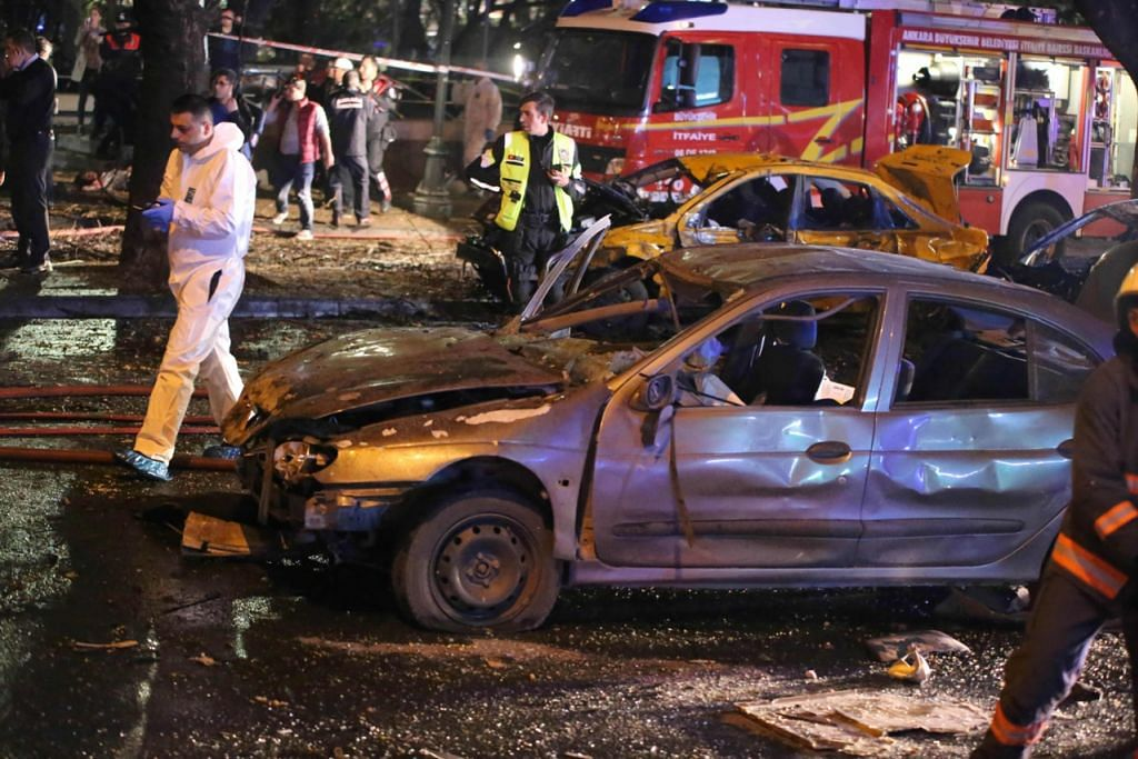 LAKUKAN SIASATAN: Polis forensik dan anggota bomba sedang menjalankan siasatan di tempat letupan di Ankara semalam. Serangan bom nekad itu meragut lebih 30 nyawa. -- Foto AFP
