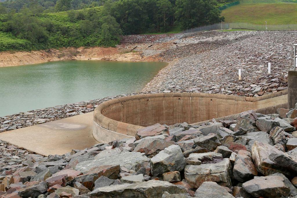Paras air di kolam air Linggiu Johor di, yang membantu membekalkan air dari Malaysia ke Singapura, pada 55 peratus pada Ogos 2015.Hujan rendah menyaksikan paras airnya  jatuh ke paras terendah 43 peratus November lalu.