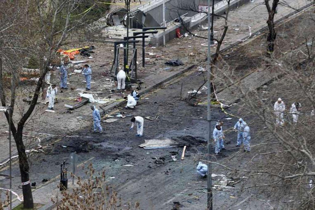 Pakar forensik menyiasat di tempat kejadian letupan pada 14 Mac 2016, sehari selepas sebuah bom kereta meletup di Dataran Kizilay, Ankara, dan membunuh sekurang-kurangnya 34 orang.