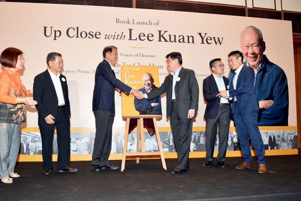 PERINGATI ENCIK LEE: DPM Teo (tiga dari kiri) dan Encik Heng (tiga dari kanan) di pelancaran buku Up Close with Lee Kuan Yew di Galeri Nasional Singapura malam tadi. - Foto M.O. SALLEH
