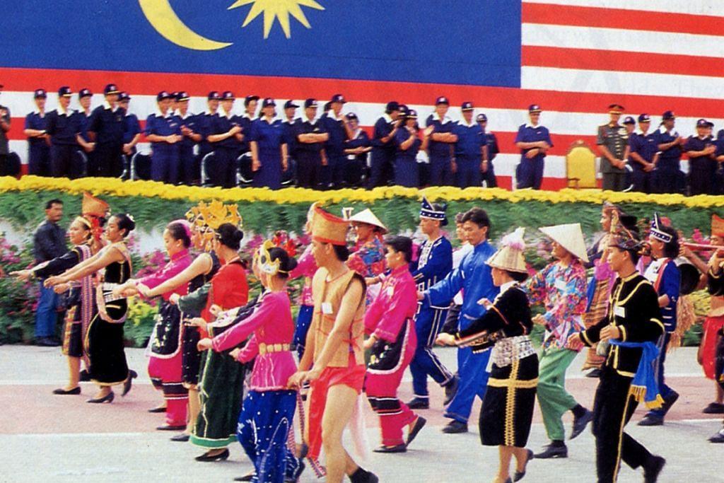 Rakyat Malaysia daripada pelbagai kaum menyambut Hari Kemerdekaan negara itu. Kadar penghijrahan Malaysia kedua tertinggi di dunia selepas China, menurut satu laporan Malay Mail Online.