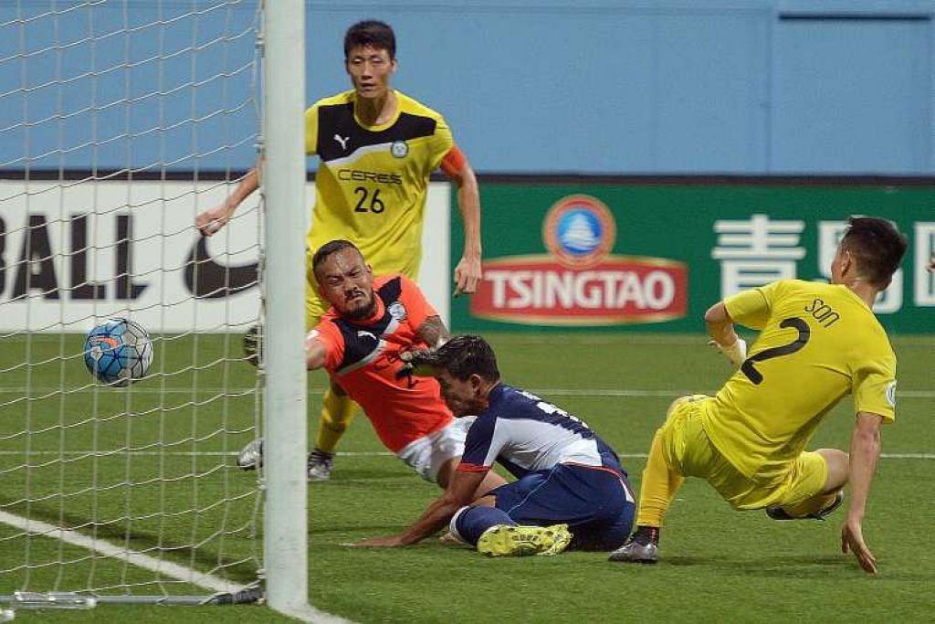 Hafiz Abu Sujad menjaringkan gol bagi Tampines walaupun dihalang oleh Kim Sang Min (No. 26), penjaga gol Louie Michael Casas dan Son Yong Chan (No.2).