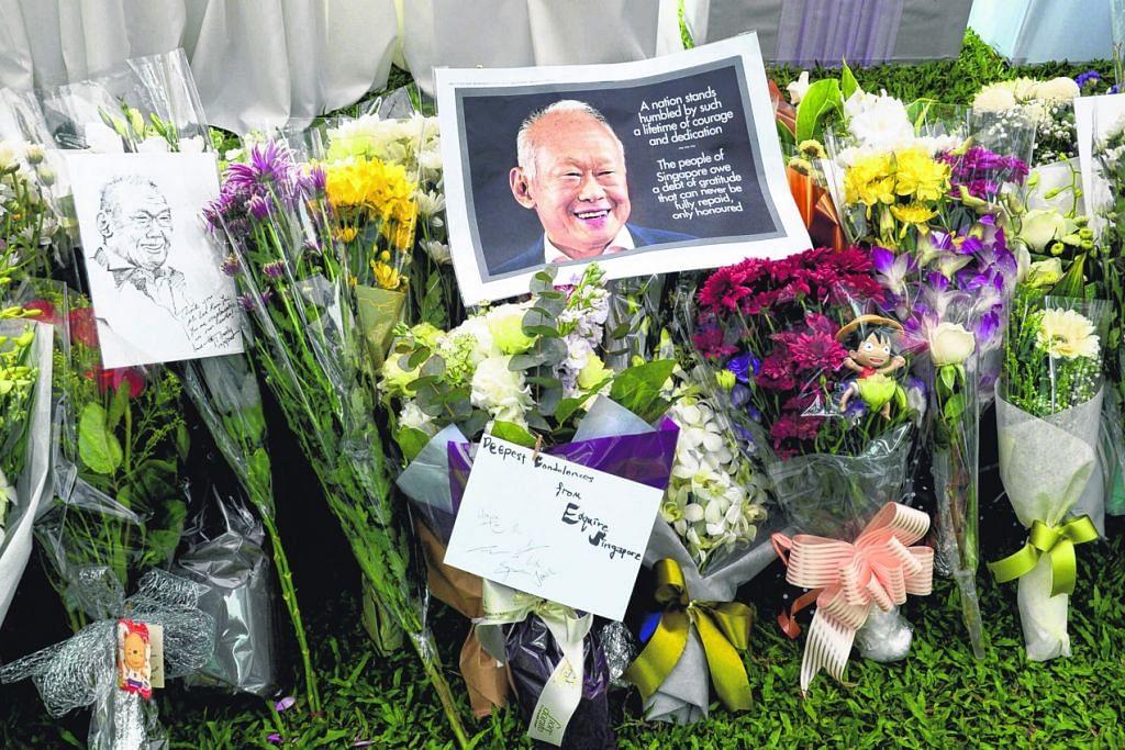 Peringatan dan penghornatan dalam bentuk bunga, kad dan lukisan mencurah semasa pemergian mendiang Perdana Menteri Pengasas Lee Kuan Yew  pada 23 Mac 2015.