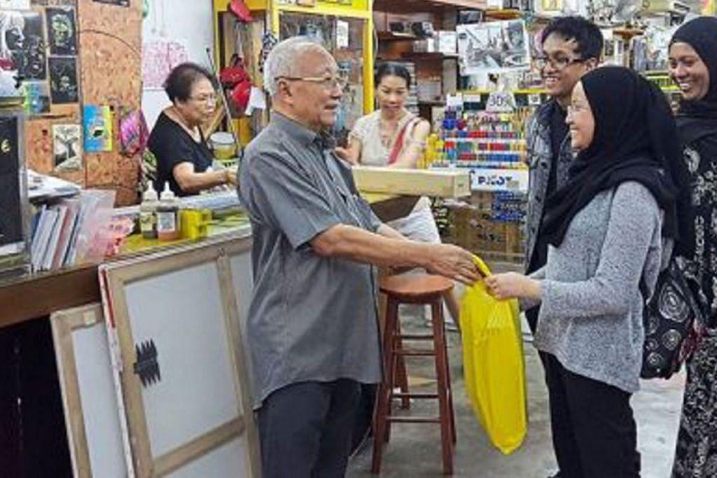 TUTUP KEDAI AKHIR MEI: Pemilik Venus Art and Stationery, Encik Yap Chin Fatt (kiri), bercadang menutup kedainya pada Mei ini. - Foto THE STAR