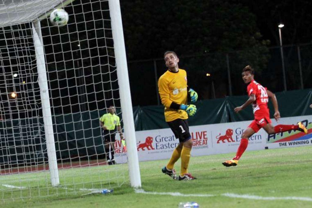 Penjaga gol Lions Young, Benjamin Bertrand,  hanya dapat melihat tanpa berdaya selepas tandukan Khairul Nizam menewaskannya dan menambahkan jaringan Home, yang menang 4-1 dalam perlawanan Liga S di Stadium Bishan pada Khamis (17 Mac).